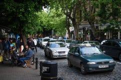 Tbilisi Georgia - 15 05 2017: Gemensam afton i den Europa staden Folk som talar med de Bilstag i trafikstockning Arkivbild