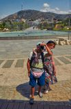 TBILISI GEORGIA - 31 Juli 2016: Unga turist- par som tar sel Royaltyfri Foto
