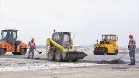 TBILISI - GEORGIA 15 Juni 2016 - vägbyggnadsarbetare som jämnar asfalt stock video