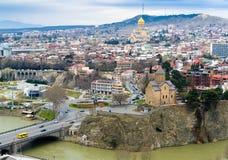 TBILISI GEORGIA - Maj 23, 2016: Flyg- sikt av den gamla staden av Tbilisi i sommardag Tbiisi är huvudstaden av Georgia royaltyfri foto