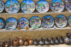 TBILISI GEORGIA, 07 MAJ, 2016: Keramiska souvenir Arkivfoton