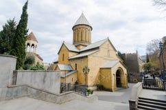 TBILISI GEORGIA - Maj 23, 2016: Kyrktaga i den gamla staden av Tbilisi i sommardag Tbiisi är huvudstaden av Georgia arkivfoton