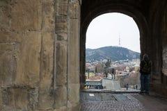 Tbilisi Georgia - marknad 21 2019: Den Metekhi kyrkan av den antagande- och Vakhtang Gorgasali monumentet på överkanten av vaggar royaltyfri bild