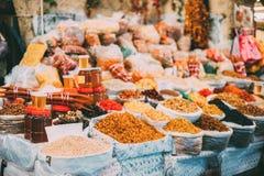 Tbilisi, Georgia Markt Bazar-reichlicher Zähler von Trockenfrüchten und von Gläsern Honig Stockbilder