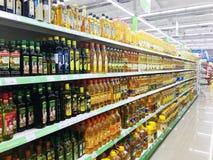 TBILISI GEORGIA - MARS 17, 2016: Hylla av olika olje- flaskor för märkesgrönsak på blastsupermarket supermarket i Tbilisi Fotografering för Bildbyråer