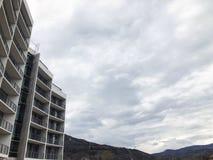 TBILISI, GEORGIA - 17 MARZO 2018: Costruzione di nuovo alto edificio residenziale dell'appartamento a Tbilisi, Georgia Immagini Stock