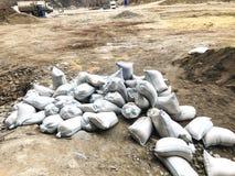 TBILISI, GEORGIA - 17 MARZO 2018: I sacchetti di sabbia bianchi stanno trovando sulla terra al cantiere a Tbilisi, la Georgia Immagini Stock