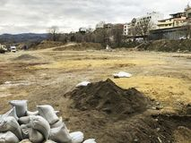TBILISI, GEORGIA - 17 MARZO 2018: I sacchetti di sabbia bianchi stanno trovando sulla terra al cantiere a Tbilisi, la Georgia Fotografia Stock Libera da Diritti