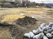 TBILISI, GEORGIA - 17 MARZO 2018: I sacchetti di sabbia bianchi stanno trovando sulla terra al cantiere a Tbilisi, la Georgia Immagini Stock Libere da Diritti