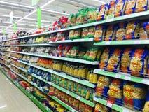 TBILISI, GEORGIA - 17 MARZO 2016: Selezione di pasta italiana sugli scaffali in un supermercato supermercato a Tbilisi Fotografia Stock