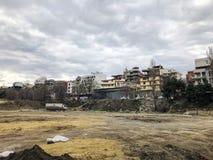 TBILISI, GEORGIA - 17 MARZO 2018: Vista su costruzione sporca a Tbilisi, Georgia Immagine Stock
