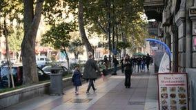 Tbilisi Georgia - 17 November 2017: Folket går tillsammans med den centrala gatan av Tbilisi, huvudstad av Georgia lager videofilmer