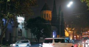 Tbilisi Georgia - November 22, 2018: Trafik i gata för nattRustaveli aveny Röd flygtur på flygtur av den Touristic bussen för lager videofilmer