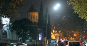 Tbilisi Georgia - November 22, 2018: Trafik i gata för nattRustaveli aveny Röd flygtur på flygtur av den Touristic bussen för stock video