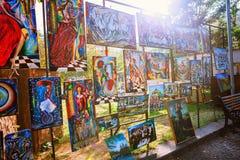 Tbilisi Georgia - 08 Oktober, 2016: Målningar på Dry bron marknadsför i centrum av Tbilisi Royaltyfri Foto