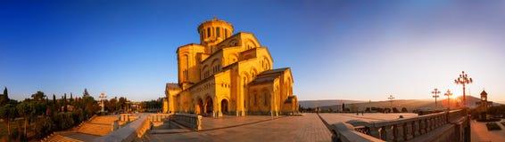 Tbilisi Georgia - 8 Oktober 2016: Panorama av domkyrkan för helig Treenighet för Tbilisi Sameba domkyrka den största ortodoxa i G Royaltyfria Foton