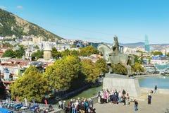 Tbilisi Georgia - Oktober 06, 2018: Sikt på gammalt stadslandskap från Metekhi den kyrkliga platån och konung Vakhtang Gorgasali  royaltyfri foto