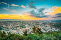 Tbilisi Georgia Paisaje urbano panorámico aéreo escénico con hermoso Imagen de archivo libre de regalías
