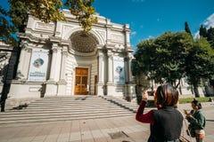Tbilisi, Georgia Touristen von China, das Foto georgisches Dimi nimmt Stockfoto