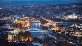 Tbilisi, Georgia Vista superior de señales famosas en iluminaciones de la tarde o de la noche Paisaje urbano capital georgiano de almacen de metraje de vídeo