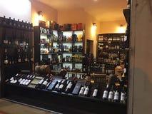 TBILISI GRUZJA, LUTY, - 25, 2016: Brandy w dużym georgian wino sklepie i wino Fotografia Stock