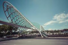 TBILISI GRUZJA, MAJ, - 07: Most pokój jest kabłączastym p Zdjęcia Royalty Free