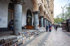 13 04 2018 Tbilisi, Gruzja - zaludnia sprzedawać pamiątki i pictu Zdjęcie Royalty Free