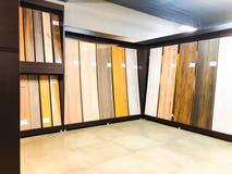 TBILISI, LA GÉORGIE 9 AVRIL 2018 : Un plancher en stratifié tout neuf avec un grain de bouleau dans le magasin du marché à Tbilis images libres de droits
