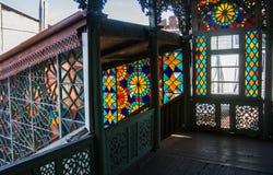 TBILISI, LA GÉORGIE - 3 JANVIER 2016 : Intérieur d'une vieille maison avec des fenêtres de mosaïque Images stock