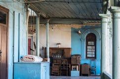 TBILISI, LA GÉORGIE - 3 JANVIER 2016 : Un intérieur de vieille maison au vieux centre de ville de Tbilisi Photo libre de droits