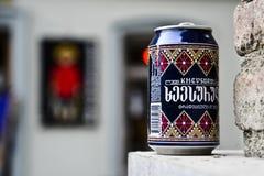 Tbilisi, la Géorgie, le 29 novembre 2014 : Canette de bière laissée dans l'espace de ville Photographie stock libre de droits