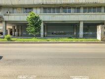 TBILISI, LA GÉORGIE - - 17 MAI 2018 : Vue du vieux bâtiment Route vide Printemps dans la ville Photographie stock