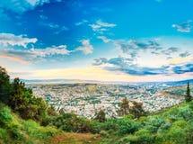 Tbilisi, la Géorgie Paysage urbain aérien scénique avec le beau ciel dramatique Photo libre de droits