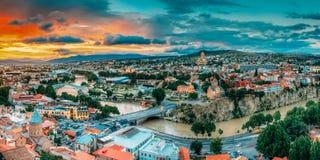 Tbilisi, la Géorgie Paysage urbain de panorama de vieille ville d'été Église de Metekhi photographie stock
