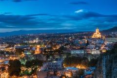 Tbilisi, la Géorgie Salle de concert, église de Metekhi, Adm présidentiel Photographie stock libre de droits