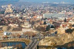 Tbilisi miasta stare ulicy, Kura rzeka, Świętej trójcy kościół i ca, Obrazy Stock