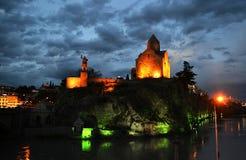 Tbilisi som bedövar nattsikt med moln royaltyfri fotografi