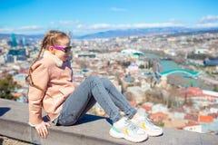 Tbilisi stadspanorama Den gamla staden, ny sommar Rike parkerar, floden Kura, den europeiska fyrkanten och bron av fred royaltyfria foton