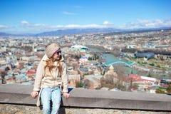 Tbilisi stadspanorama Den gamla staden, ny sommar Rike parkerar, floden Kura, den europeiska fyrkanten och bron av fred royaltyfri fotografi