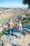 Tbilisi stadspanorama Den gamla staden, ny sommar Rike parkerar, floden Kura, den europeiska fyrkanten och bron av fred royaltyfri bild