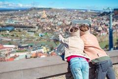 Tbilisi stadspanorama Den gamla staden, ny sommar Rike parkerar, floden Kura, den europeiska fyrkanten och bron av fred fotografering för bildbyråer