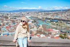 Tbilisi stadspanorama Den gamla staden, ny sommar Rike parkerar, floden Kura, den europeiska fyrkanten och bron av fred royaltyfria bilder