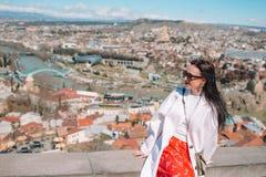 Tbilisi stadspanorama Den gamla staden, ny sommar Rike parkerar, floden Kura, den europeiska fyrkanten och bron av fred arkivfoto