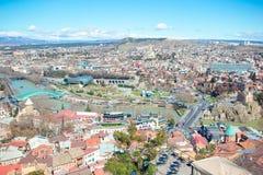 Tbilisi stadspanorama Den gamla staden, ny sommar Rike parkerar, floden Kura, den europeiska fyrkanten och bron av fred royaltyfri foto