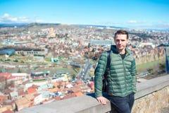 Tbilisi stadspanorama Den gamla staden, ny sommar Rike parkerar, floden Kura, den europeiska fyrkanten och bron av fred arkivfoton
