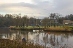 TBoats在河Lagan北爱尔兰的镇静水停泊了在一个凉快的春天晚上 免版税库存照片