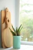 Tábuas de pão e janela da cozinha Fotos de Stock Royalty Free