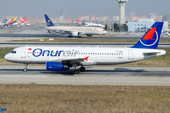 Tc-ERST-bulkgoed-aardolie Onur Air, Luchtbus A320-232 stock afbeelding