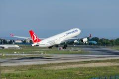 TC-JDM Turkish Airlines, airbus 340-311 που ονομάζεται το ΙΖΜΊΡ Στοκ Φωτογραφίες