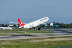 Tc-JDM Turkish Airlines, Luchtbus 340-311 genoemd IZMIR Stock Foto's